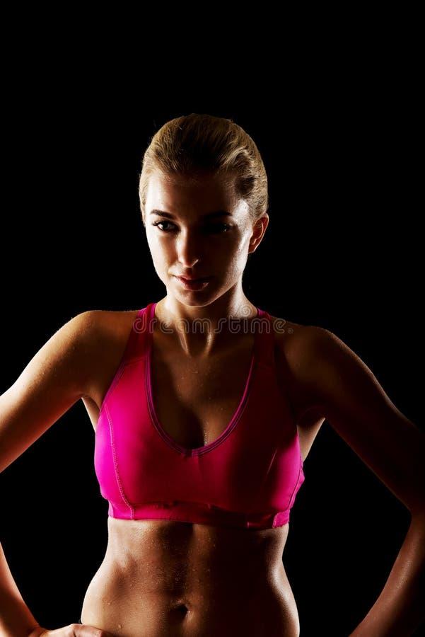 Jeune femme sportive sur le gymnase photos libres de droits