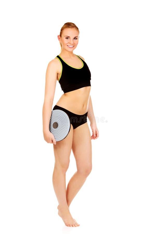 Jeune femme sportive tenant le panneau d'équilibre photos libres de droits