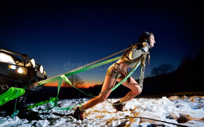 Download Jeune Femme Sportive Tirant La Voiture En Hiver Photo stock - Image du fille, beauté: 56477318