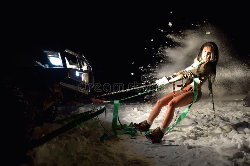 Download Jeune Femme Sportive Tirant La Voiture En Hiver Photo stock - Image du people, réseaux: 56477448
