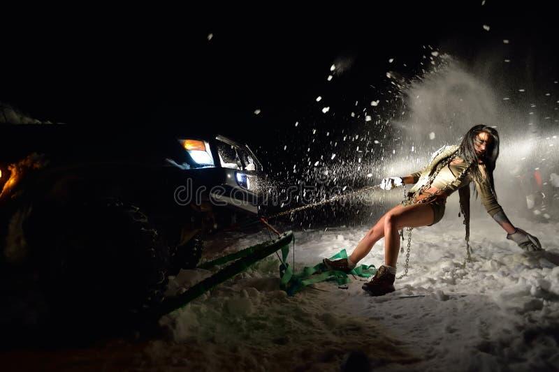 Download Jeune Femme Sportive Tirant La Voiture En Hiver Photo stock - Image du people, traction: 56477464