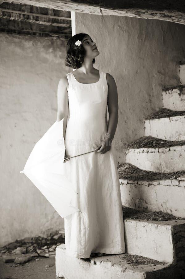 Jeune femme sur de vieux escaliers. photo libre de droits