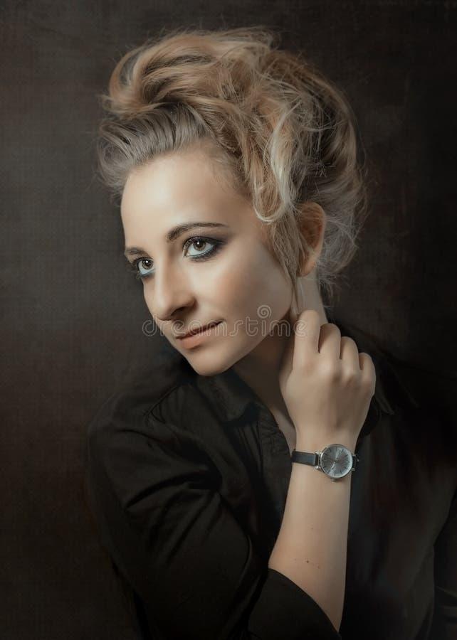 Jeune femme sur fond noir photographie stock