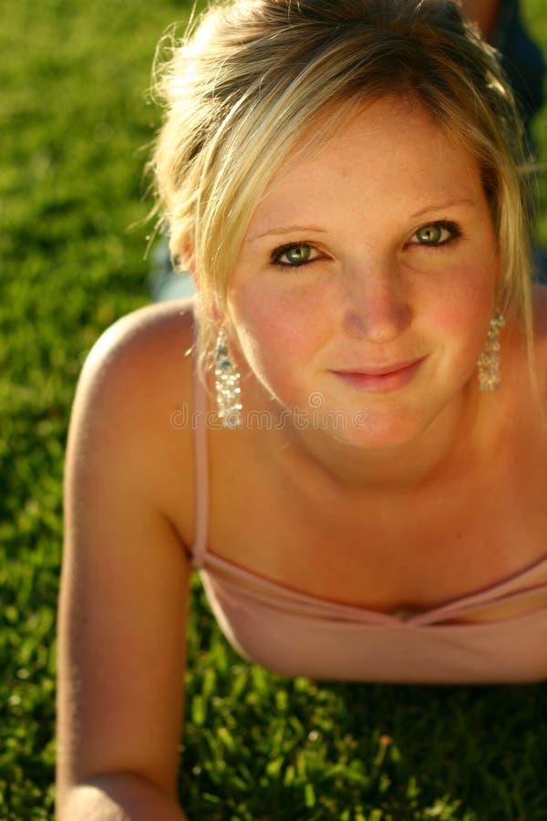 Jeune femme sur l'herbe photos stock