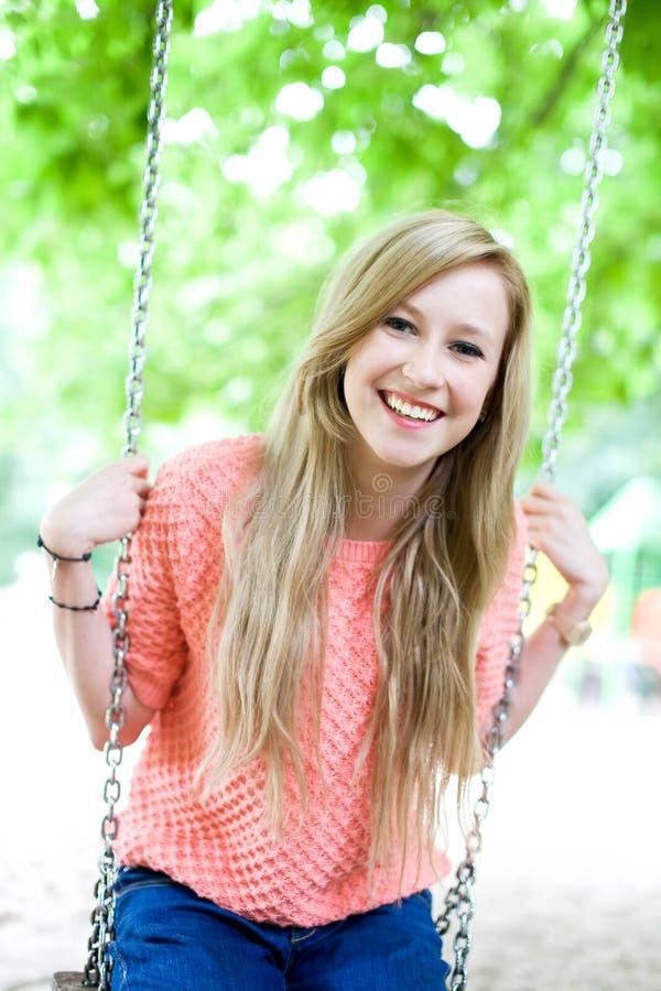 Jeune femme sur l'oscillation image libre de droits