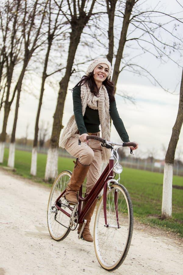 Jeune femme sur la bicyclette photos stock