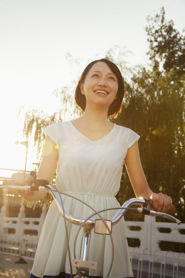 Jeune femme sur la bicyclette photo stock