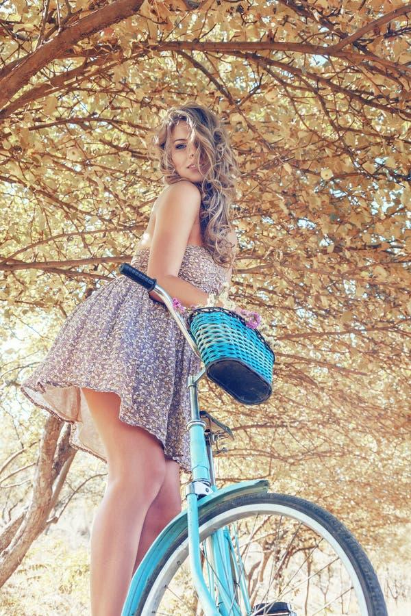 Jeune femme sur la bicyclette images libres de droits