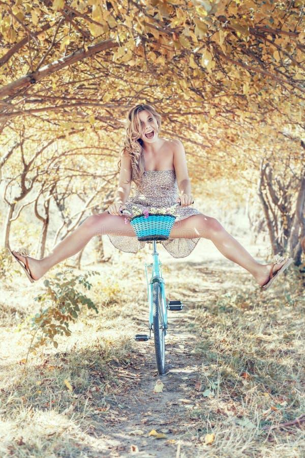 Jeune femme sur la bicyclette images stock