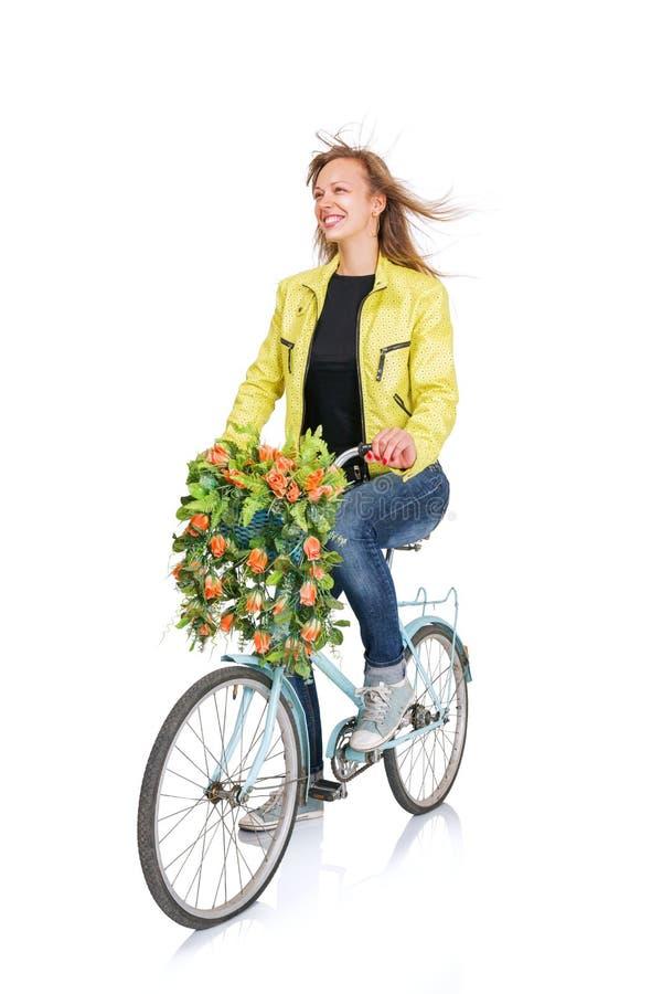 Jeune femme sur la bicyclette image stock