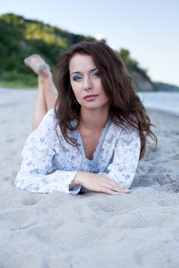 Jeune femme sur la plage photos stock