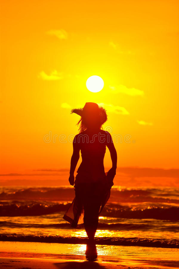 Download Jeune Femme Sur La Plage Dans Le Coucher Du Soleil D'été Photo stock - Image du personne, actif: 56481048