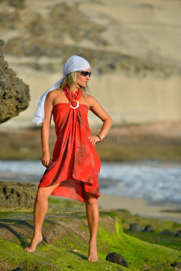 Download Jeune Femme Sur La Plage Dans Le Jour Ensoleillé D'été Photo stock - Image du plage, loisirs: 56481024