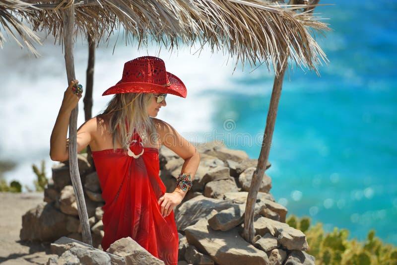 Download Jeune Femme Sur La Plage En été Image stock - Image du seulement, beauté: 56481157