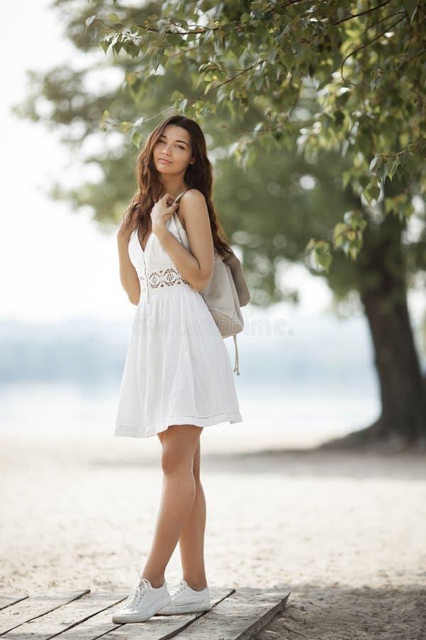 Jeune femme sur la plage en ?t? photo stock