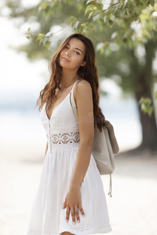 Jeune femme sur la plage en ?t? photographie stock