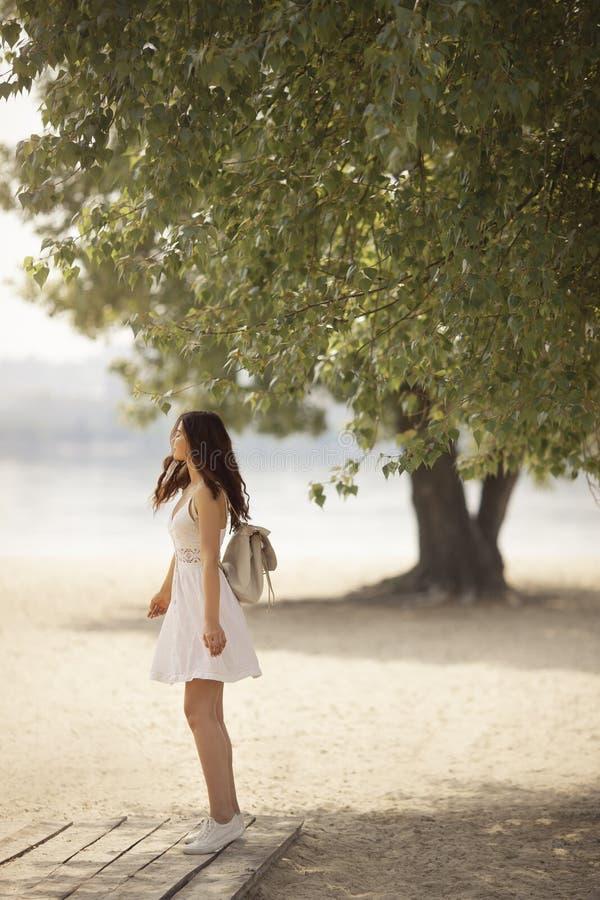 Jeune femme sur la plage en ?t? photographie stock libre de droits