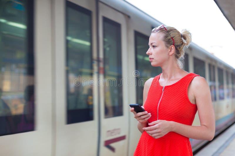 Jeune femme sur la plate-forme de la gare ferroviaire image stock