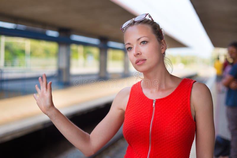Jeune femme sur la plate-forme de la gare ferroviaire images stock