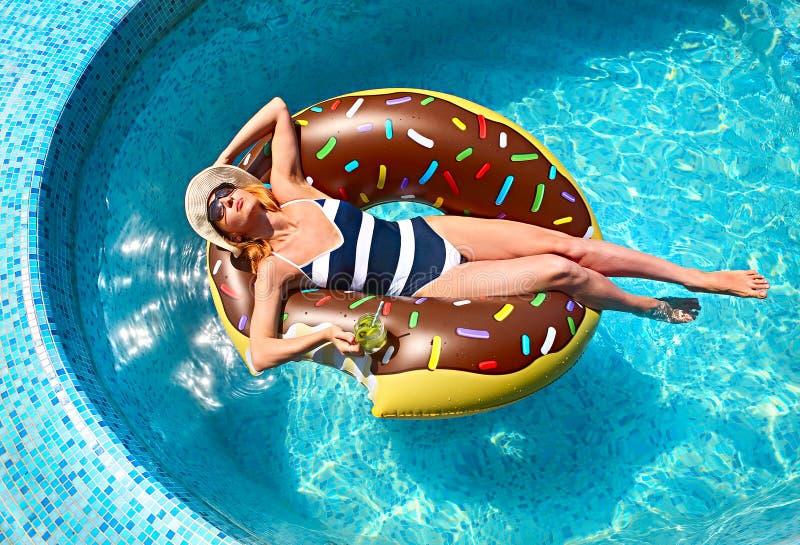 Jeune femme sur la réception au bord de la piscine d'été photos libres de droits