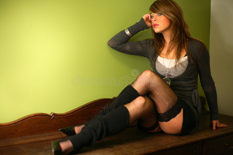 Jeune femme sur la raboteuse image stock