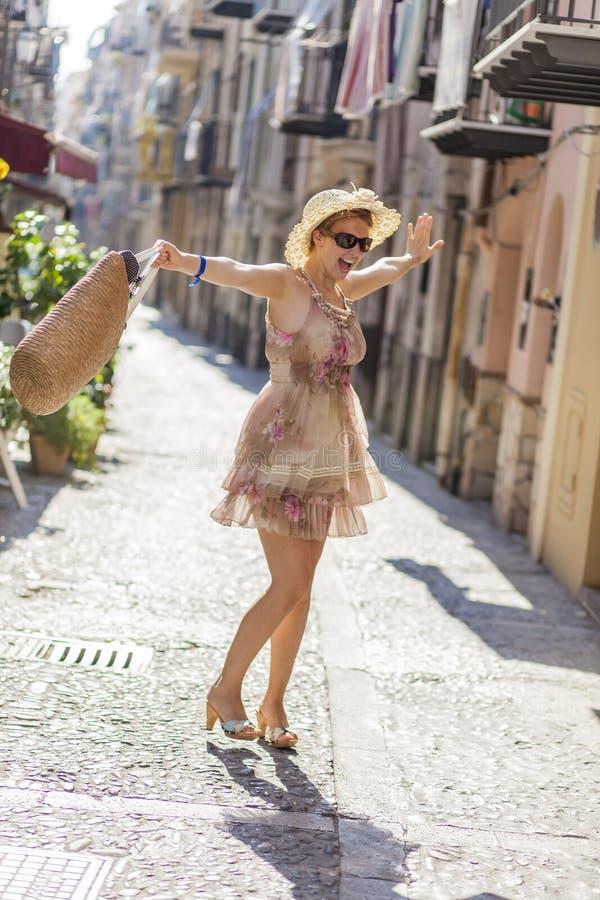 Jeune femme sur la rue image stock