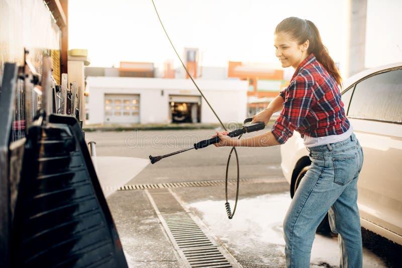 Jeune femme sur la station de lavage de libre service image libre de droits
