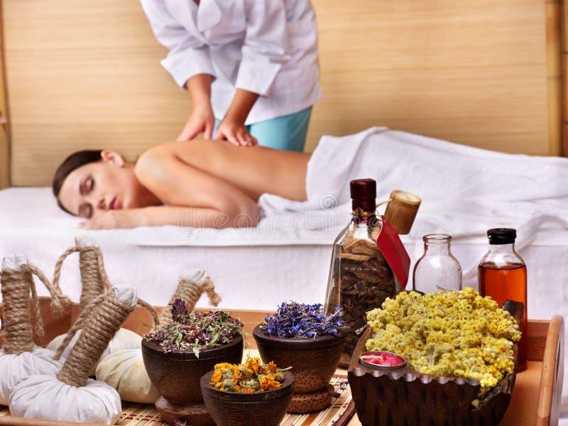 Jeune femme sur la table de massage dans la station thermale de beauté. photo libre de droits