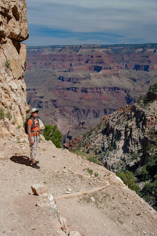Jeune femme sur la traînée de South Kaibab dans Grand Canyon image stock
