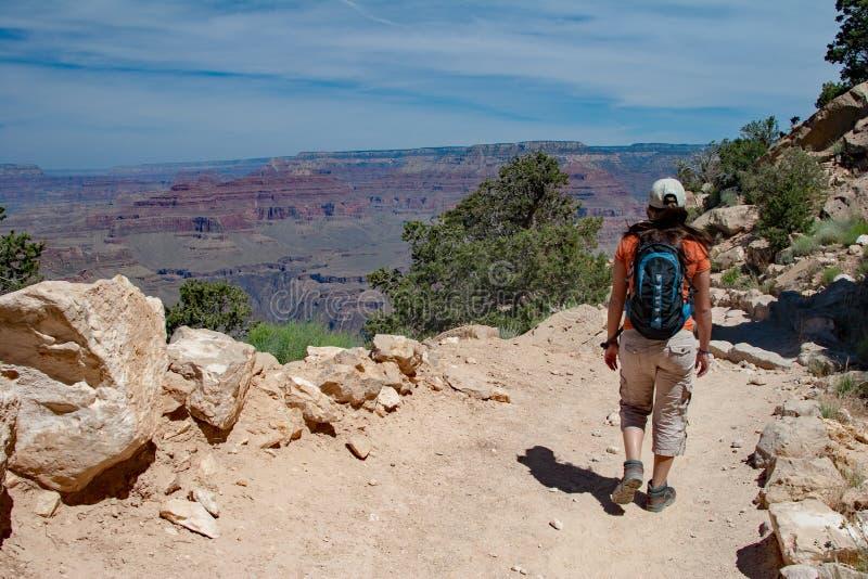 Jeune femme sur la traînée de South Kaibab dans Grand Canyon photographie stock libre de droits