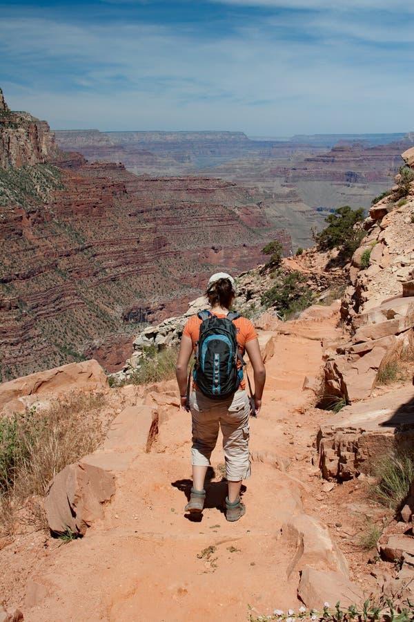 Jeune femme sur la traînée de South Kaibab dans Grand Canyon photographie stock