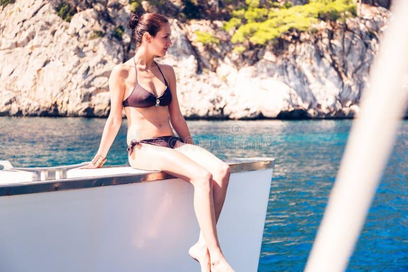 Jeune femme sur le catamaran photographie stock