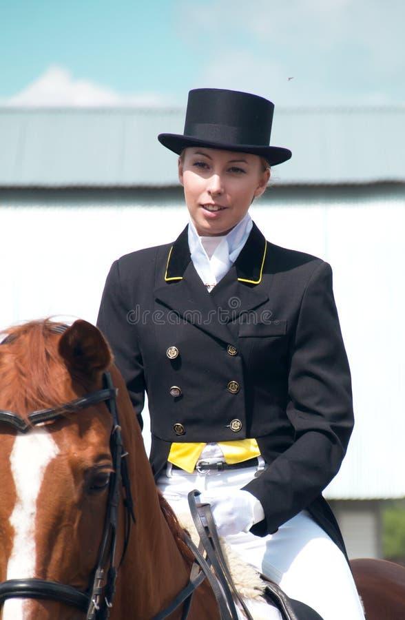 Jeune femme sur le cheval photos stock