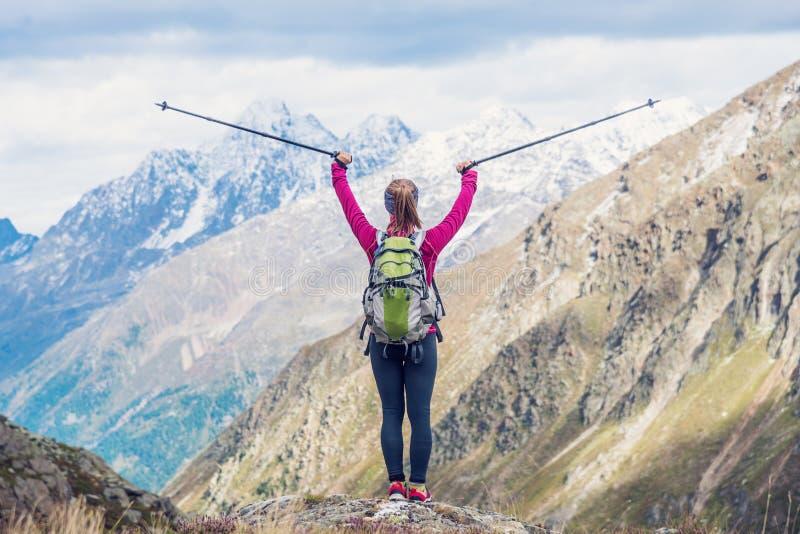 Jeune femme sur le dessus des montagnes photos stock