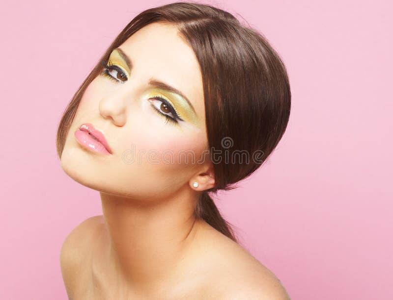 Jeune femme sur le fond rose photo stock