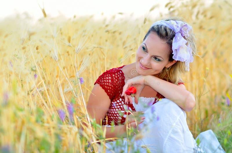 Jeune femme sur le gisement de céréale photographie stock