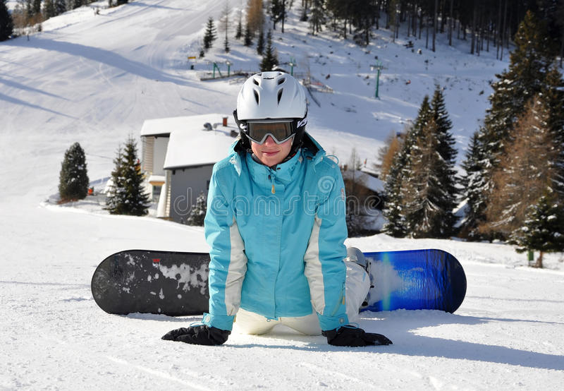 Jeune femme sur le snowboard images libres de droits