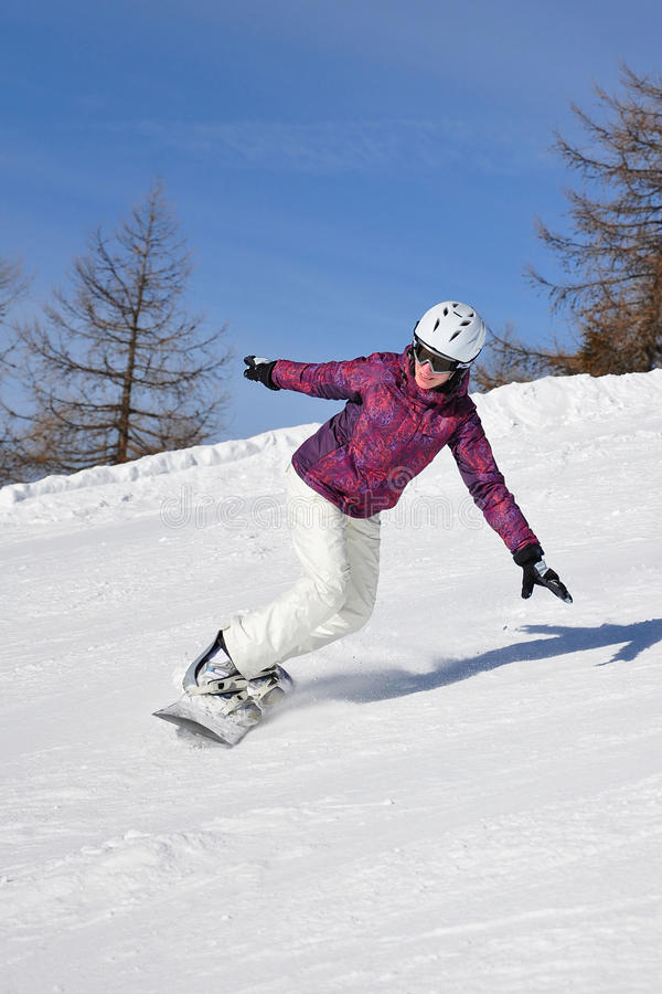 Jeune femme sur le snowboard image libre de droits