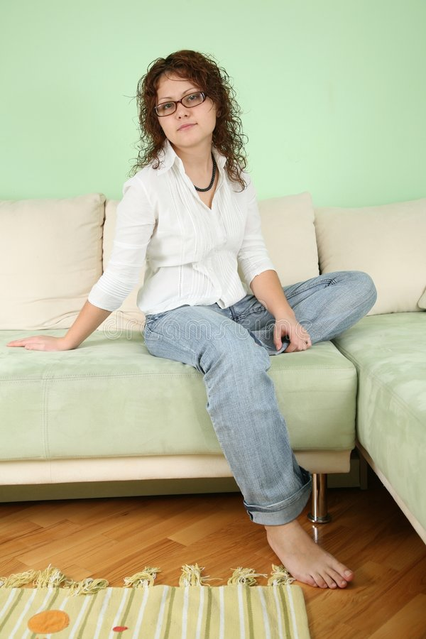 Jeune femme sur le sofa images libres de droits