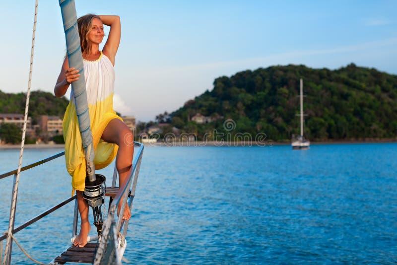 Jeune femme sur le yacht de navigation image stock