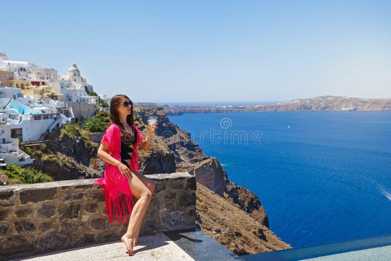Jeune femme sur Santorini, Grèce photos stock
