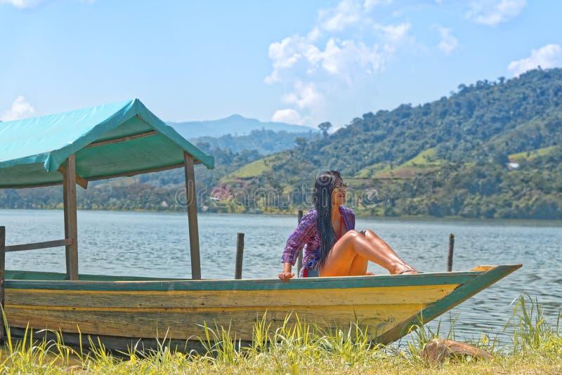 Jeune femme sur un bateau photos libres de droits