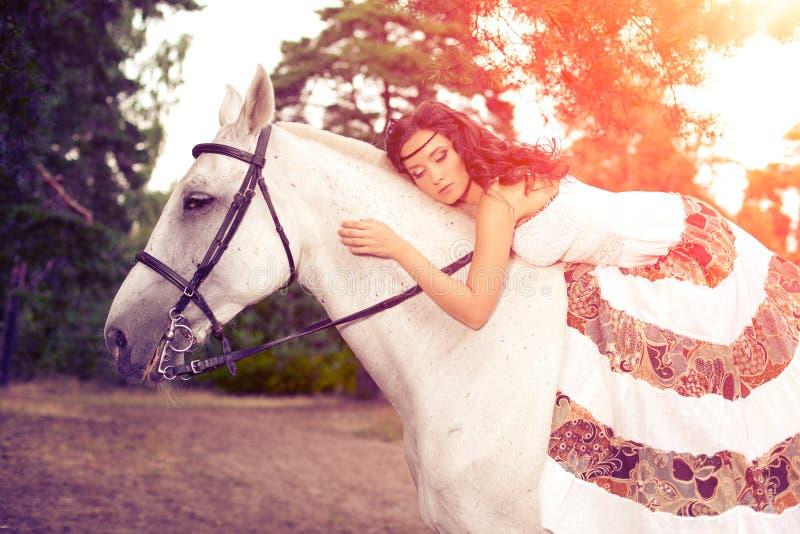Jeune femme sur un cheval Cavalier de horseback, cheval d'équitation de femme image stock