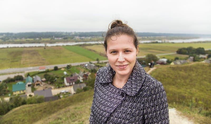 Jeune femme sur un dessus de colline photographie stock libre de droits