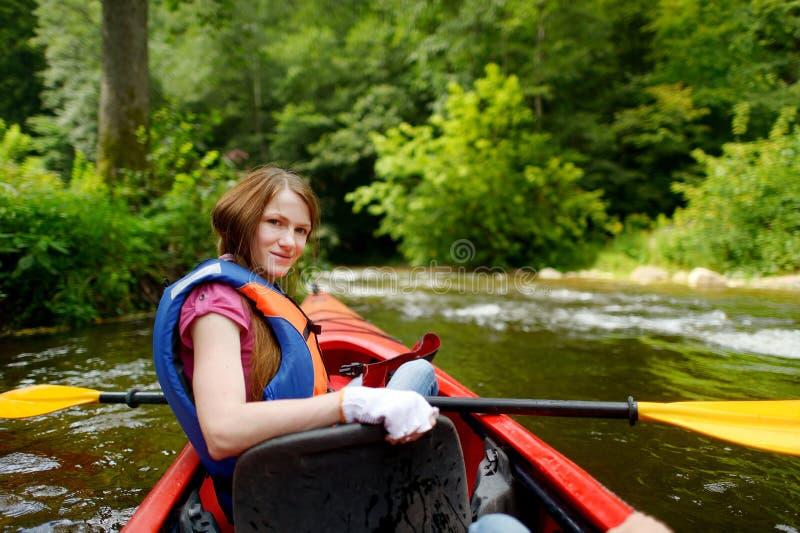 Jeune femme sur un kayak images libres de droits