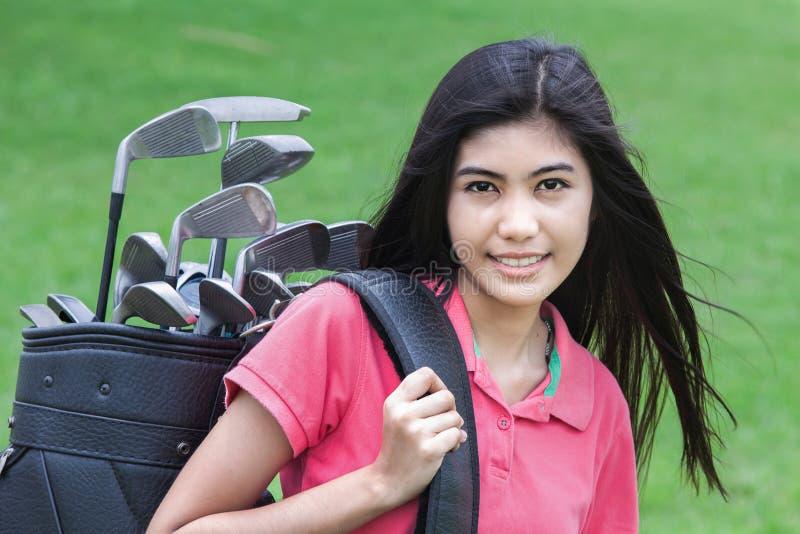 Jeune femme sur un terrain de golf photo stock