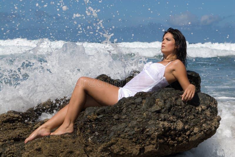 Jeune femme sur une pierre photo libre de droits