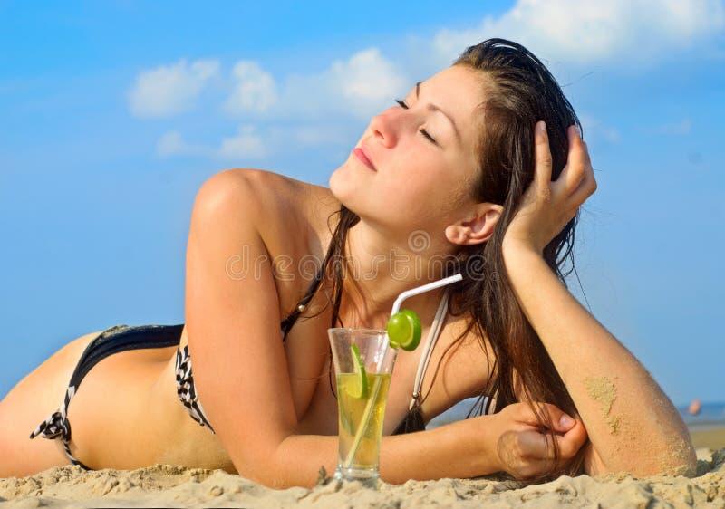 Jeune femme sur une plage photos libres de droits