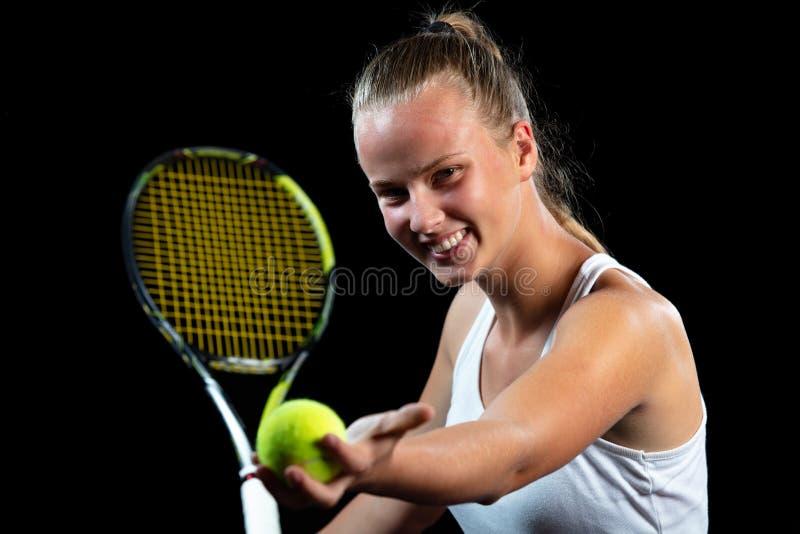 Jeune femme sur une pratique en matière de tennis Joueur de débutant tenant une raquette, apprenant des qualifications de base Ve image stock