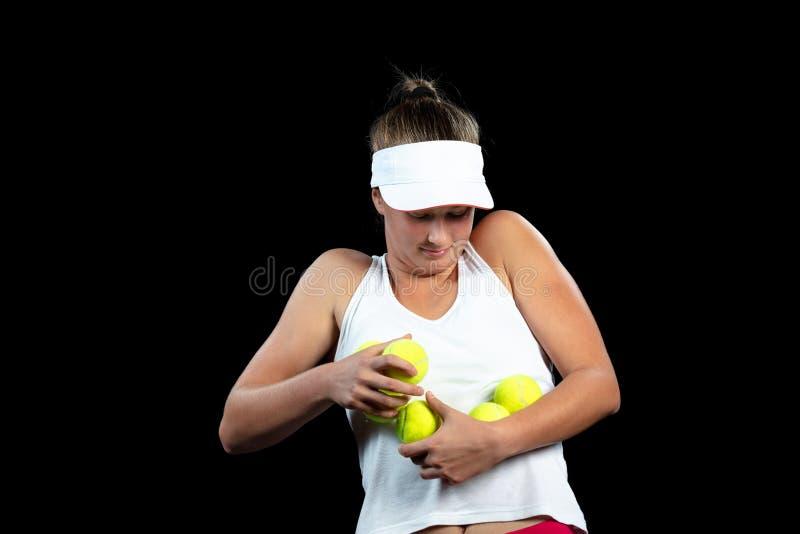 Jeune femme sur une pratique en matière de tennis Joueur de débutant tenant une raquette, apprenant des qualifications de base Ve photos libres de droits